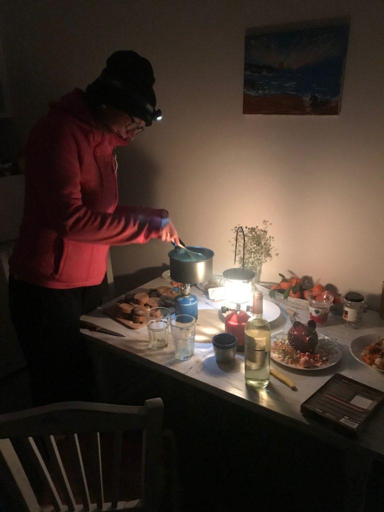 Geburtstagsessen: Käsefondue (wegen Stromausfalls kochten wir im Dunkeln auf unserem Gaskocher)