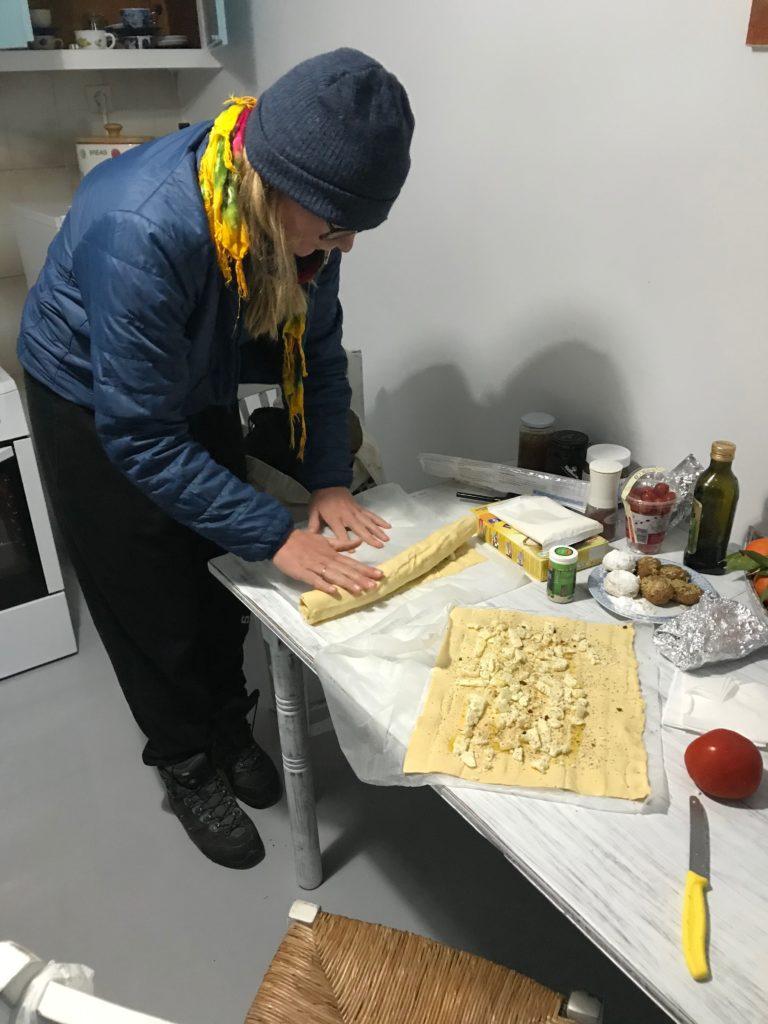 Mit griechischem Käse gefüllte Teigrollen