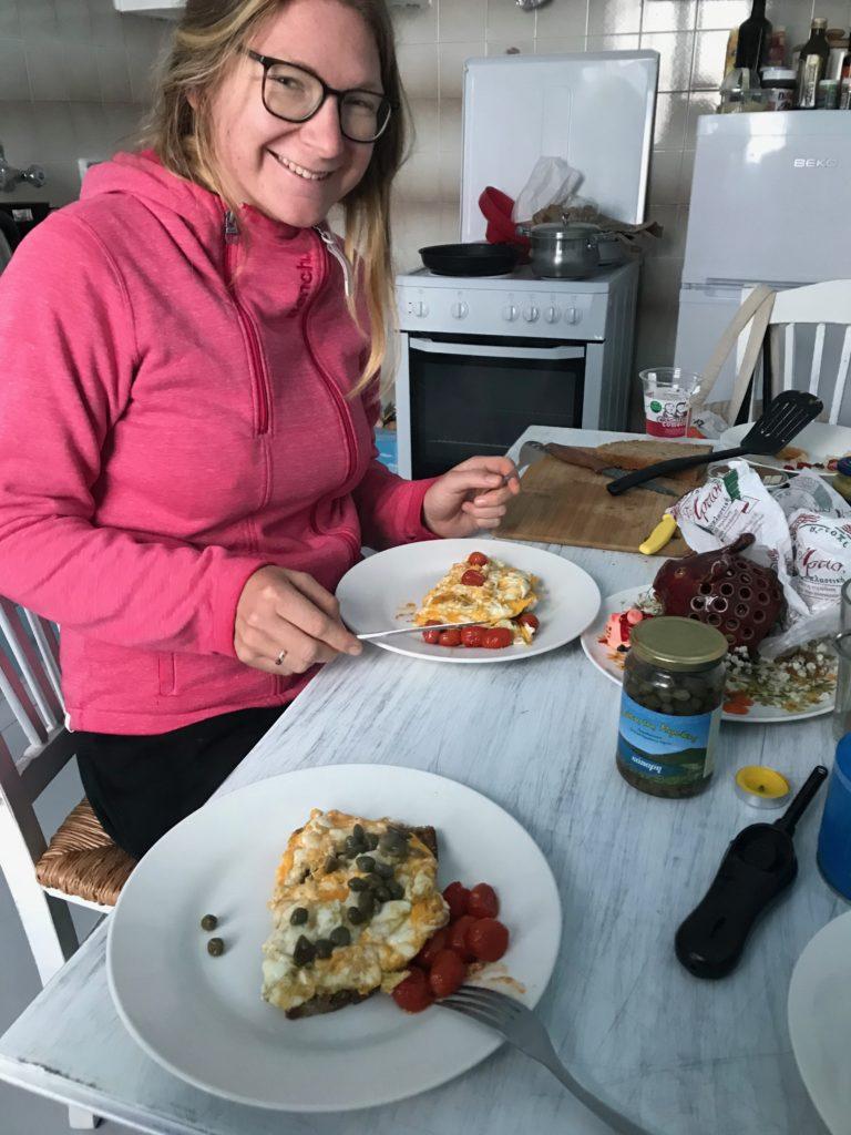 Rührei auf Brot mit Tomaten und Kapern