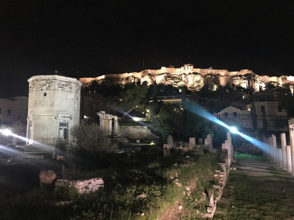 Die Akropolis, ursprünglich eine Burg und auf einen Hügel gebaut, ist nachts hell angeleuchtet.