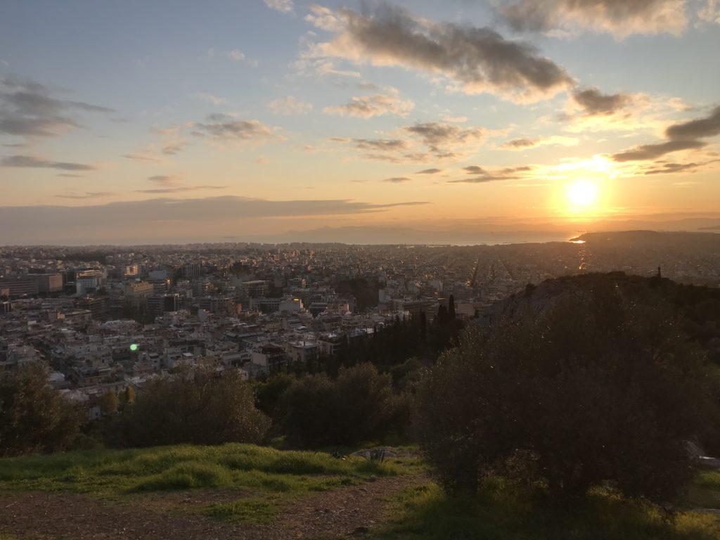 Vom Philopappou-Hügel hat man einen schönes Blick auf die Akropolis und den Hafen von Athen.