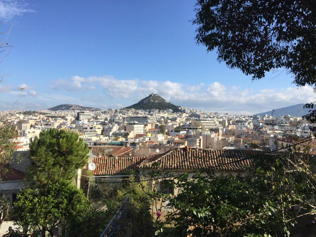 Der Lykavittos-Hügel mit der Sankt-Georgs-Kapelle auf der Spitze ist wohl der markanteste Hügel der Stadt.
