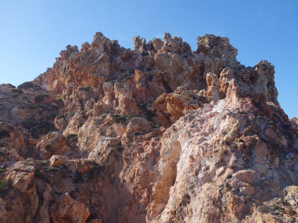 An mehreren solcher Stellen rot-braunen Gesteins tritt heißer Dampf aus.