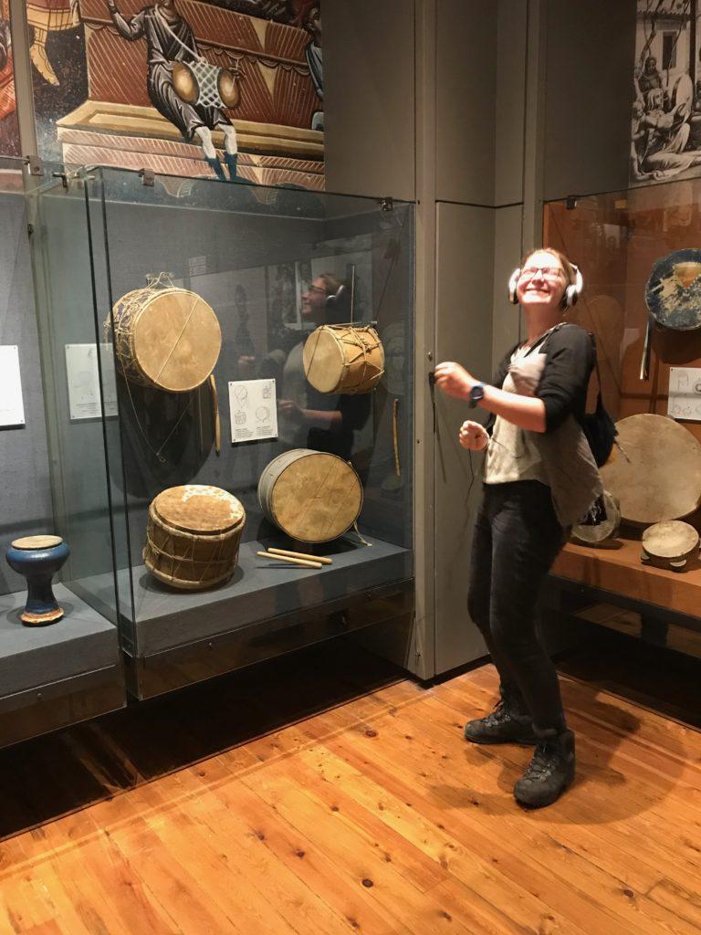 Hörbeispiele im Instrumentenmuseum sorgten für gute Stimmung