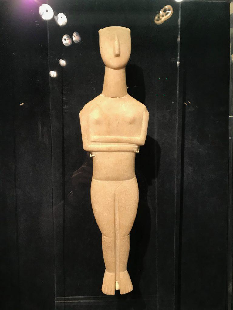 Die kykladische Figur is 5000 Jahre alt und könnte genauso gut in der Pinakothek der Moderne stehen