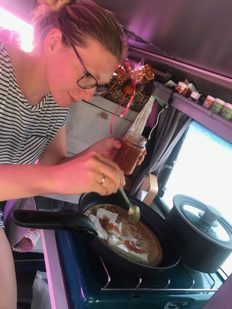 Brittas erste Pfannkuchen (die macht sonst immer Alex)