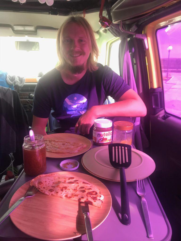 Alex voller Vorfreude auf seine mit Käse gefüllten Pfannkuchen