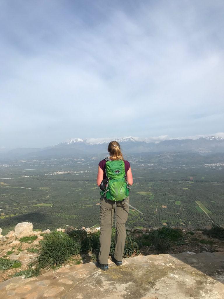 Britta schaut sehnsüchtig auf den höchsten Gipfel Kretas, der leider mit Schnee bedeckt ist.