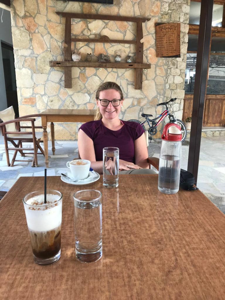 Alex genießt das Nationalgetränk Griechenlands: Cappuccino Fredo.
