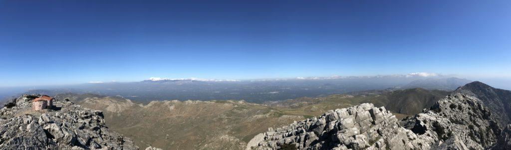 Die drei großen Gebirgszüge auf einem Blick: im Westen die Zweitausender der Weißen Berge, in Zentralkreta die Gipfel des Ida-Massivs mit dem Psiloritis und im Osten das Dikti-Gebirge.